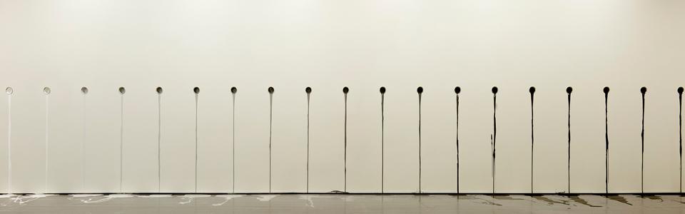 Anders Sletvold Moe: Released paint (grayscale). Fra prosjektet UTEN RAMME; NYE ROM. Produsert av Se Kunst i Nord-Norge i samarbeid med Tromsø kunstforening.